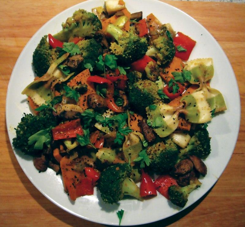 Makaron z warzywami i słodkim ziemniakiem